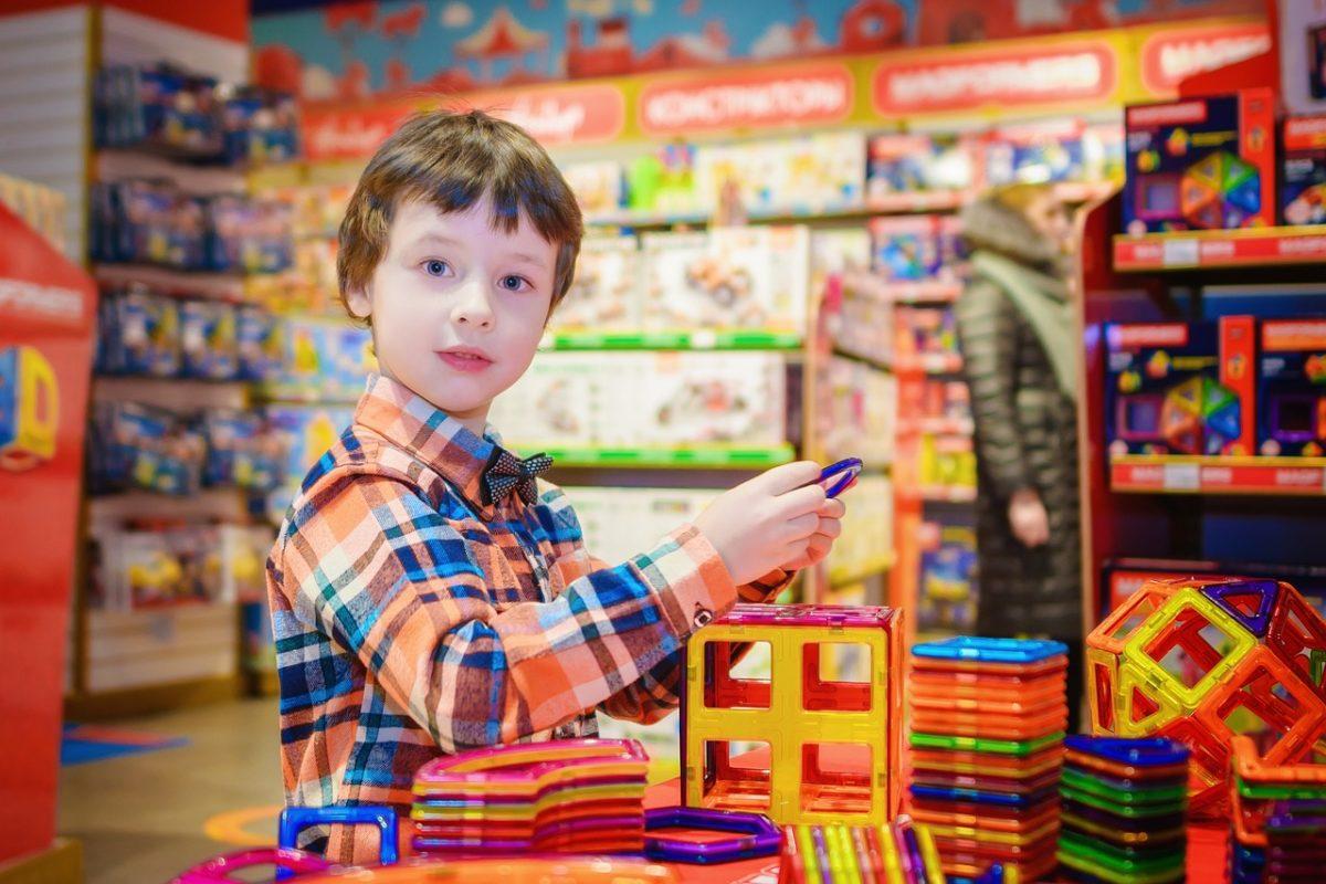 Dete kupuje u prodavnici