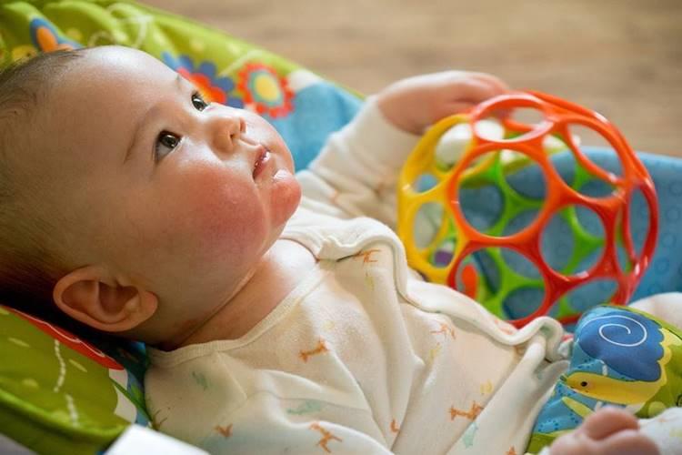 beba sa igračkom
