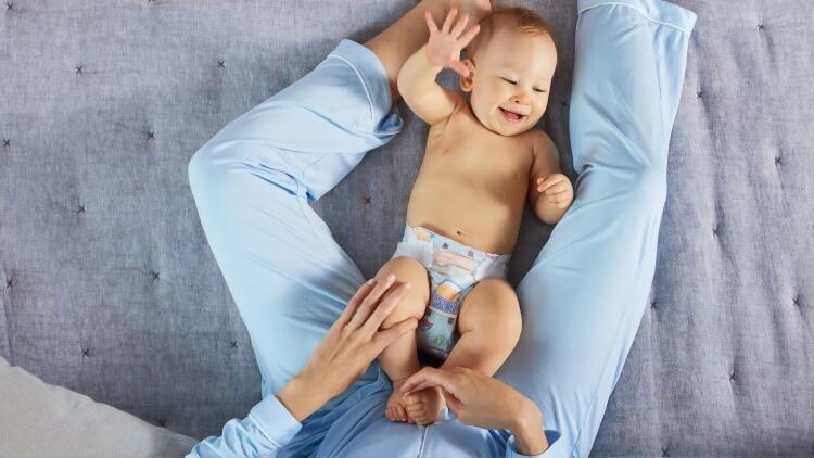 beba leži u pelenama