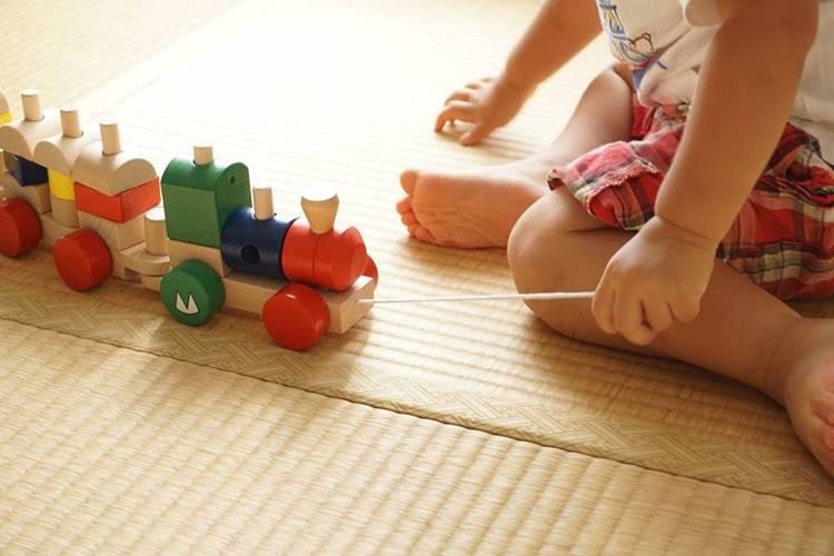 beba sedi i igra se