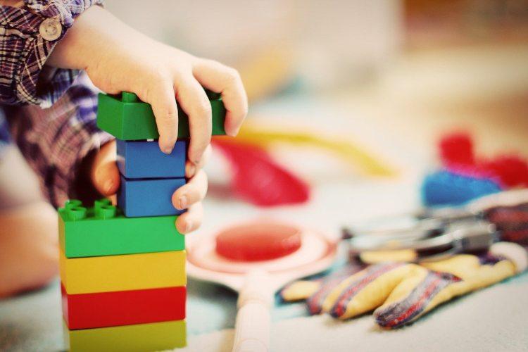 Dete slaže kocke na stolu