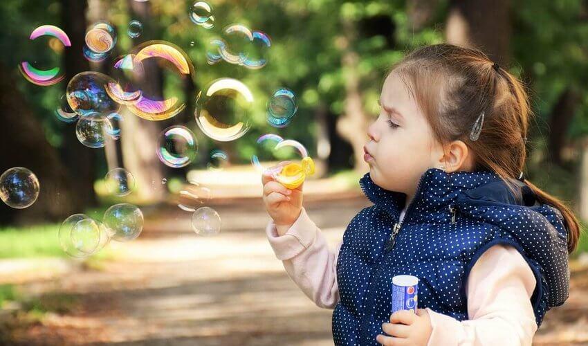 dete duva balone u parku