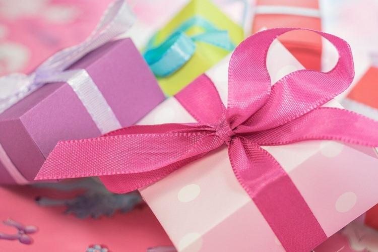 Raznobojni pokloni sa mašnama