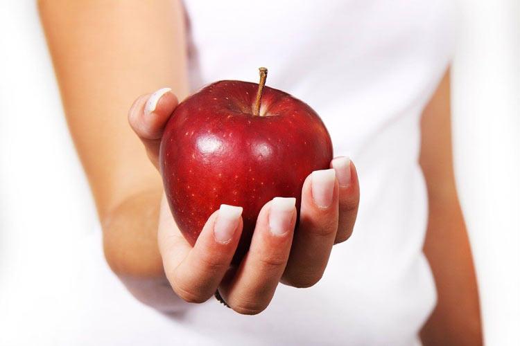 Crvena jabuka u ruci