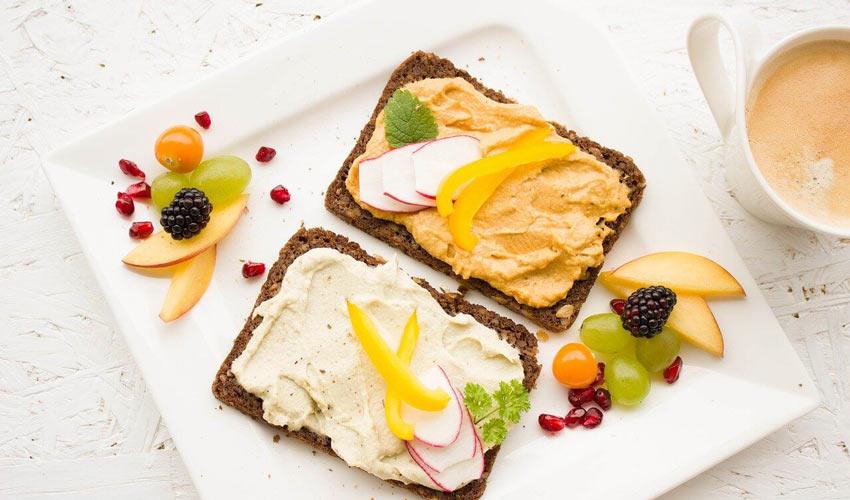 Dijetetska ishrana - integralni hleb i namazi sa žitaricama na stolu