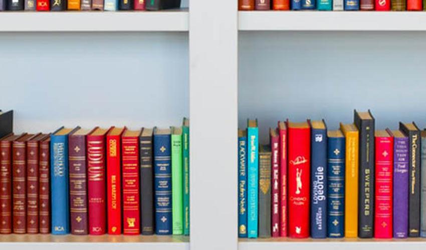 Knjige poređane horizontalno na policama