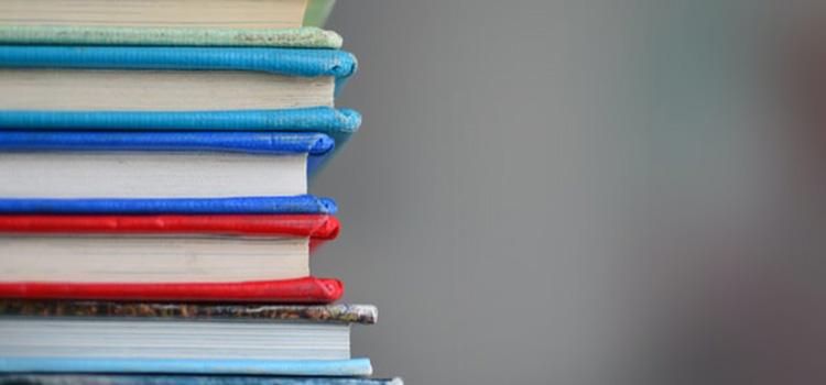 Složene knjige jedna na drugu