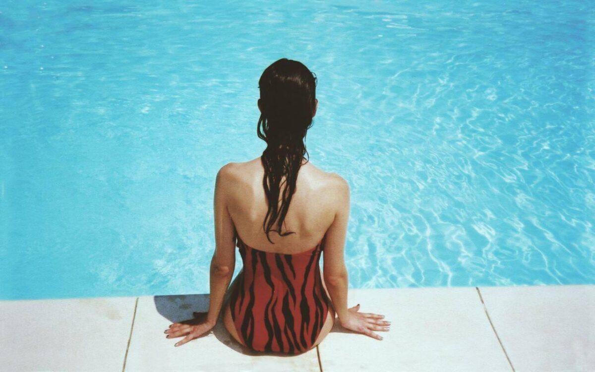 zena u jendodelnom kupaćem kostimu na bazenu