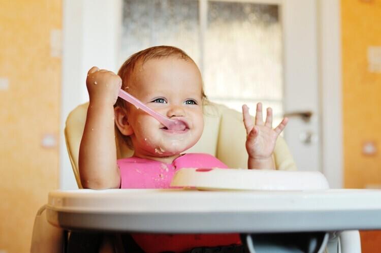 beba u hranilici